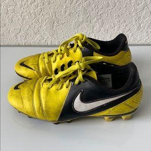 ✅Boys Nike SOCCER Cleats Size 5.5Y
